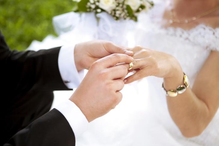 En France, le mariage continue de reculer mariages hétérosexuels et homosexuels ont été célébrés en 2016.