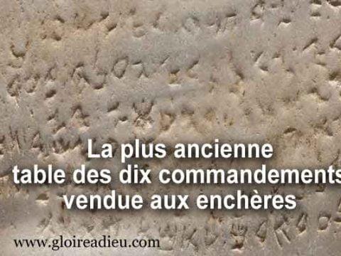 La plus ancienne table des dix commandements de Dieu vendue aux enchères