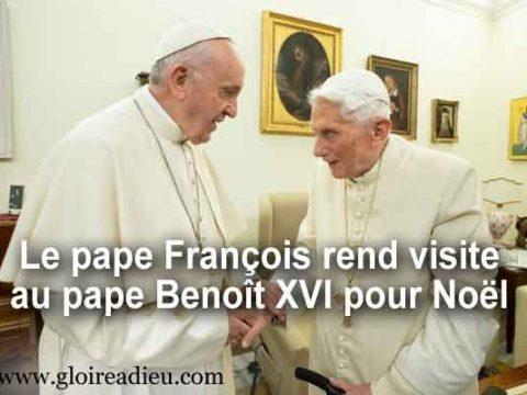 Le pape François rend visite au pape Benoît XVI pour Noël