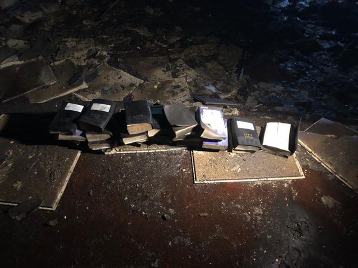 Le miracle des bibles et des croix en bois