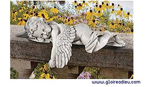 Statue d'un adorable bébé ange faisant la sieste