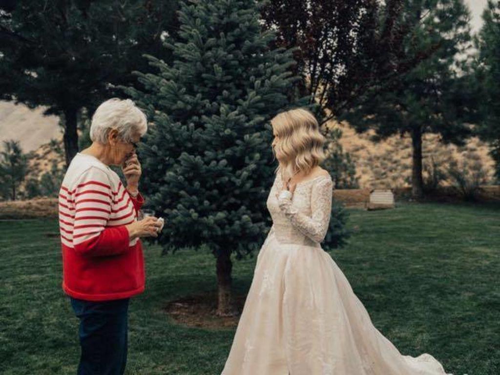 La mariée fait une magnifique surprise à sa grand-mère