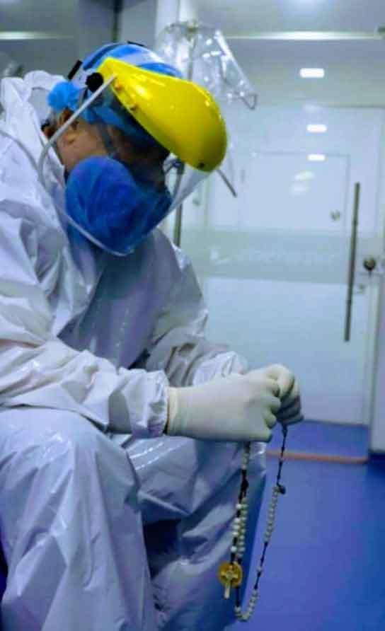 La photo virale de ce médecin colombien qui prie le chapelet