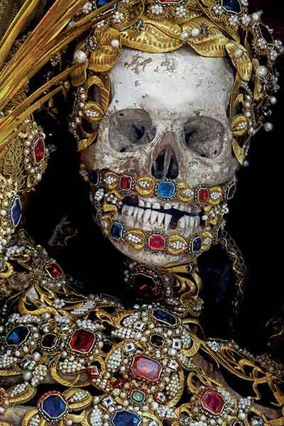 Les mystérieuses reliques couvertes de pierres précieuses et d'or