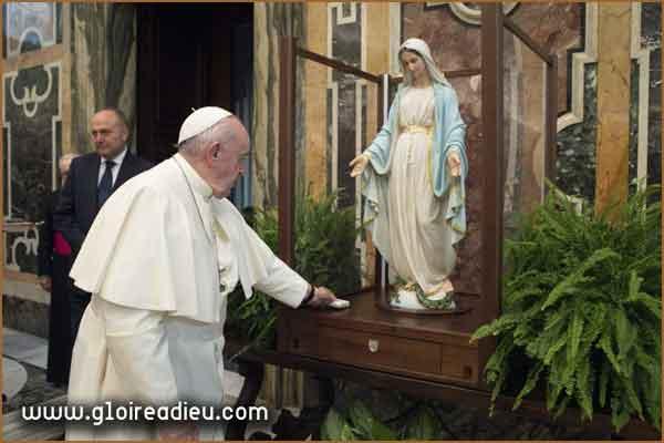 L'étape de la statue de la Médaille miraculeuse à la paroisse du Vatican